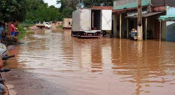Famílias e comerciantes são atingidos por enchente em Aparecida do Rio Negro
