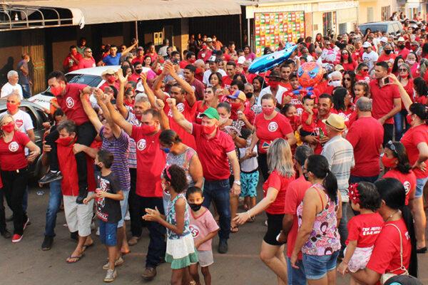 """APARECIDA: Suzano e Assis promovem """"adesivaço"""" e reúnem multidão na Praça José Eurico"""