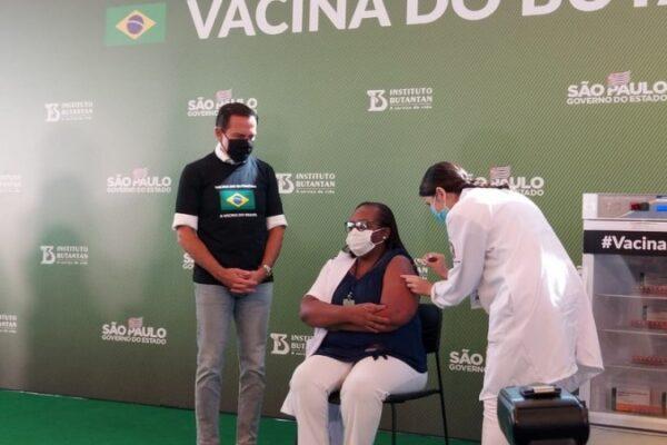 Após aprovação da Anvisa, primeira dose da CoronaVac é aplicada em enfermeira de SP