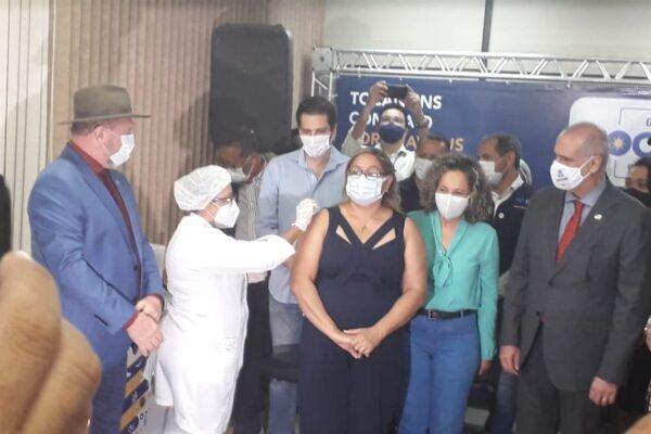 Enfermeira de 52 anos é a primeira pessoa vacinada contra Covid-19 no Tocantins