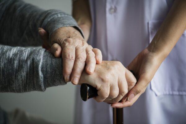 Todos os idosos de abrigo testam positivo para a Covid-19 em Porto; cinco deles estão internados