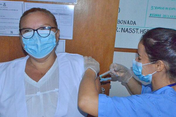 Profissionais do Hospital Geral de Palmas são imunizados contra Covid-19