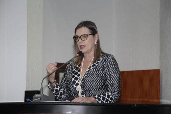 Claudia Lelis demostra preocupação com retomada das aulas e requer imunização de profissionais