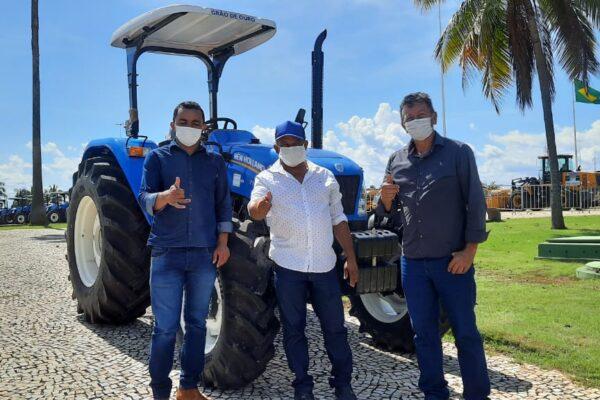 Prefeito Antônio Campos recebe novo trator para Santa Tereza