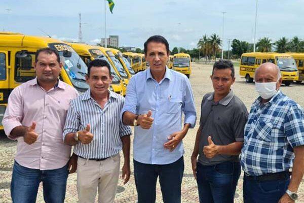 Deputado Carlos Gaguim faz entrega de dois novos ônibus para Aparecida do Rio Negro