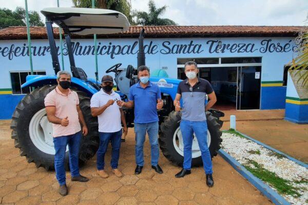 SANTA TEREZA: Prefeito entrega trator para Secretaria de Agricultura do Município