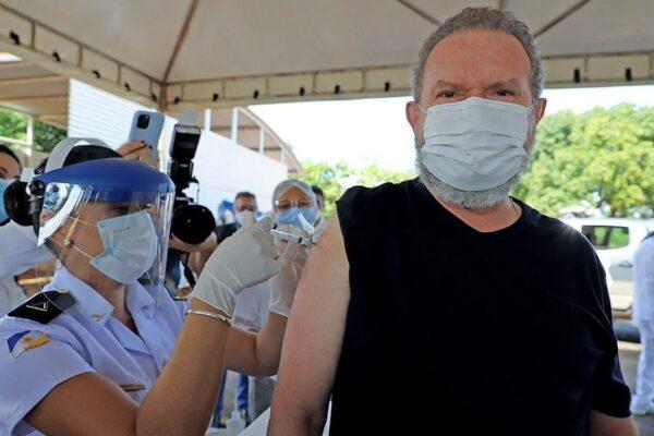 Governador do TO, Mauro Carlesse, toma 1ª dose da vacina contra a Covid