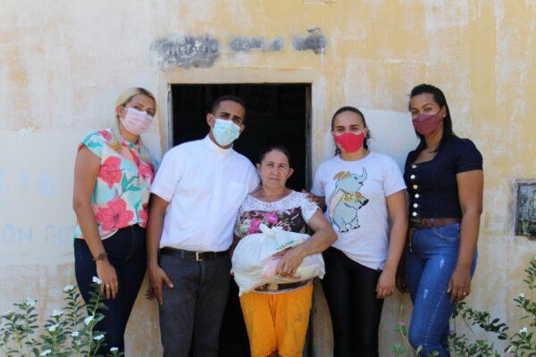 LAGOA DO TO: Famílias recebem cestas básicas da Paróquia São João Batista em parceria com a Assistência Social