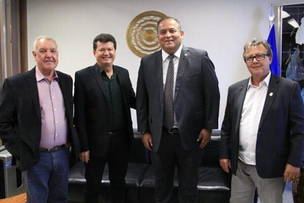 Com prefeito de Araguaçu, Vilmar busca investimentos para o município em Brasília