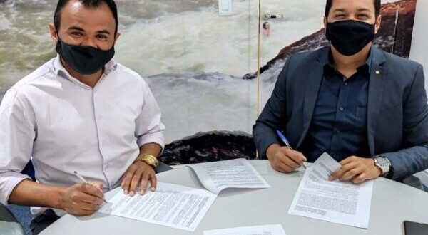 Prefeito Pastor João assina contrato para compra de veículos e equipamentos após aprovação da Câmara